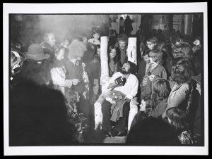 """Harald Szeemann am letzten Abend der documenta 5, """"Befragung der Realität -Bildwelten heutre"""", Kassel. Foto: Balthasar Burkhard"""