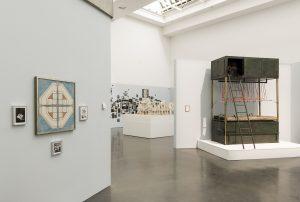 """Installationsaufnahme der Ausstellung """"Harald Szeemann. Museum der Osessionen"""" in der Kunsthalle Düsseldorf, mit Modell Foltermaschine, 2018. Foto: Katja Illner"""