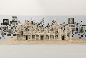 Alain Duperron, Rekonstruktion von Ferdinand Chevals  Palais idéal, ca. 1983.Im Hintergrund: Armand Schulthess, Enzyklopädie im Wald, 1952-1972.Foto: Katja Illner