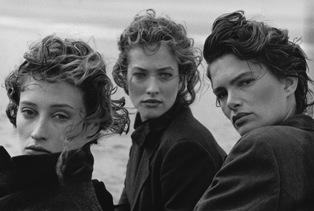 Marie-Sophie Wilson, Tatjana Patitz, Lynne Koester, Comme de Garcons, Le Touquet, Frankreich 1987 © Peter Lindbergh / courtesy Schirmer/Mosel